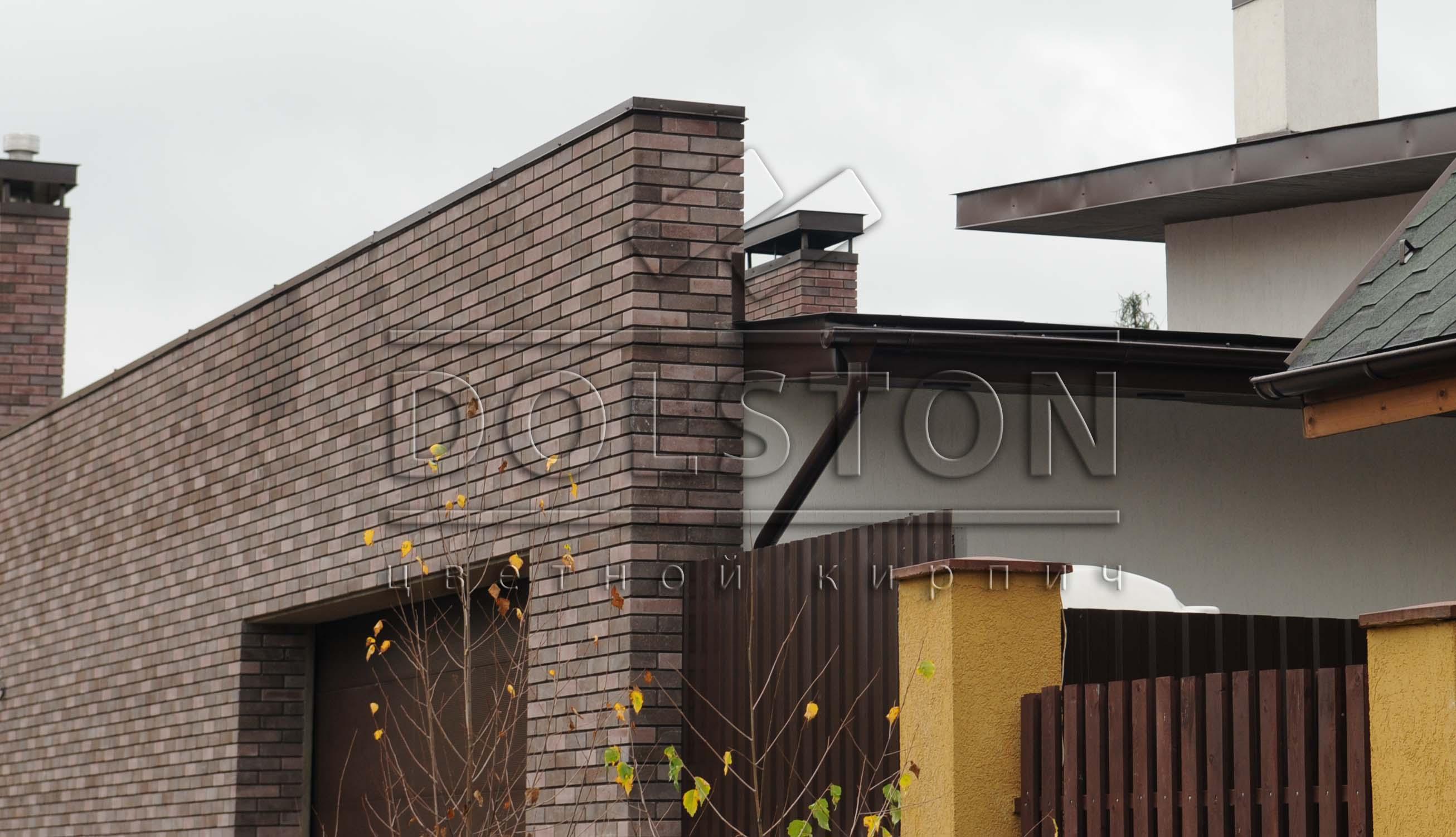 Декоративный кирпич коричневого цвета в заборе