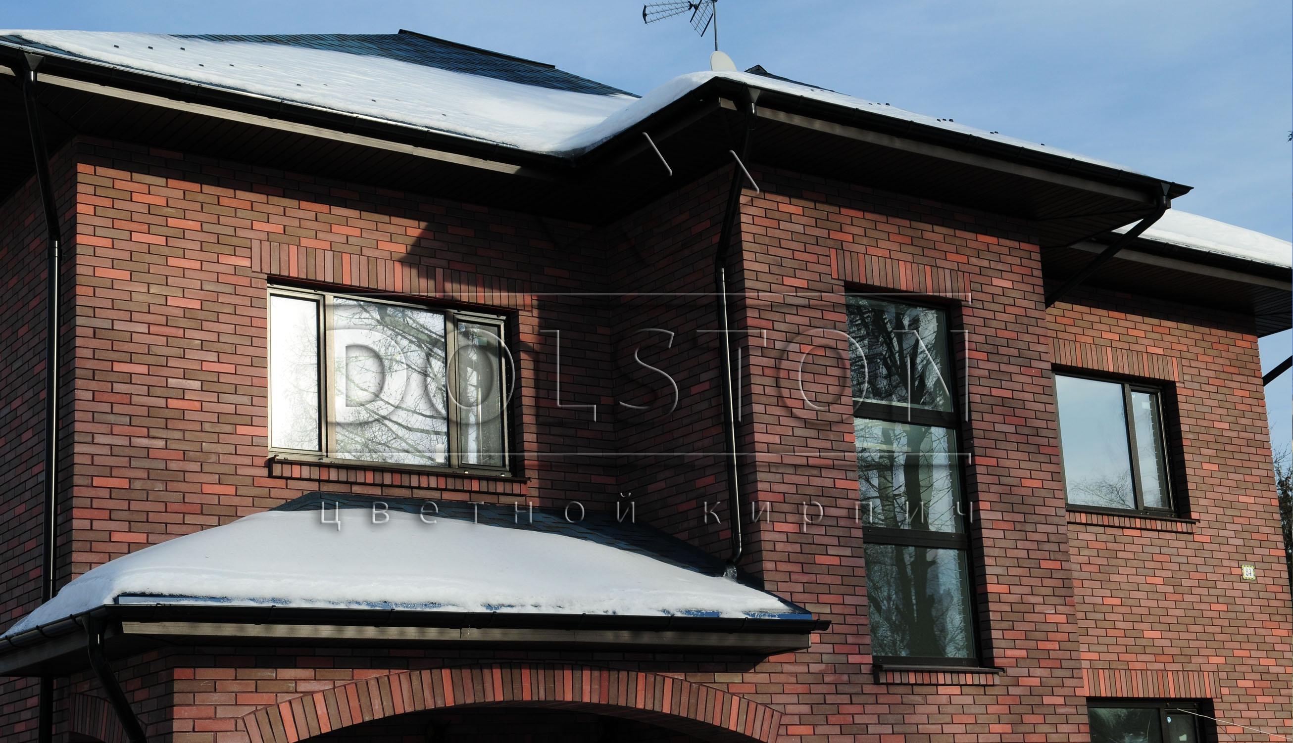Фасад дома из бордового кирпича