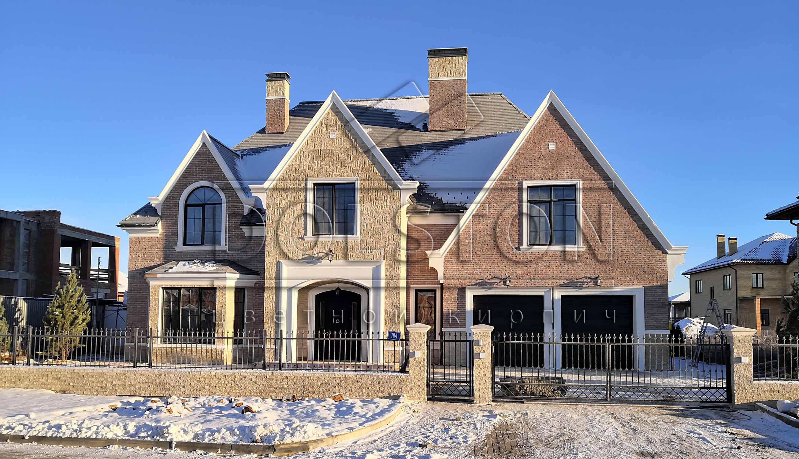 Облицовка дома фасадной плиткой под кирпич бежевого цвета