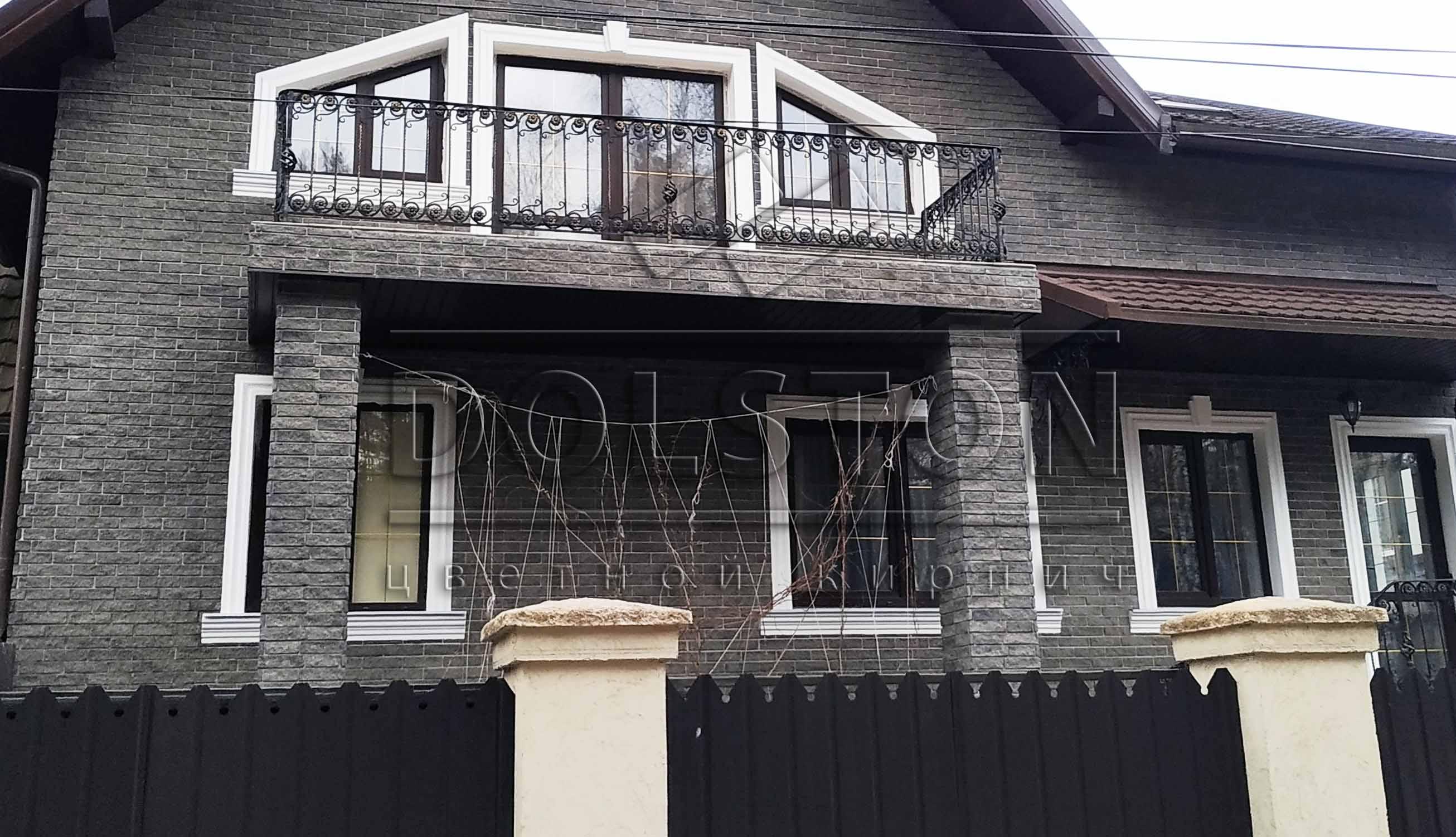 Отделка черной фасадной плиткой балкона